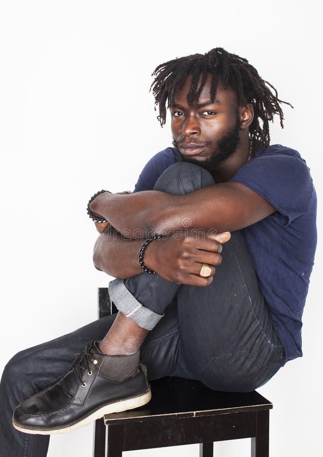 Download Νέο όμορφο αμερικανικό άτομο Afro, βλέμμα, ζιζάνιο Στοκ Εικόνα - εικόνα από απογοήτευση, άτομο: 62706543