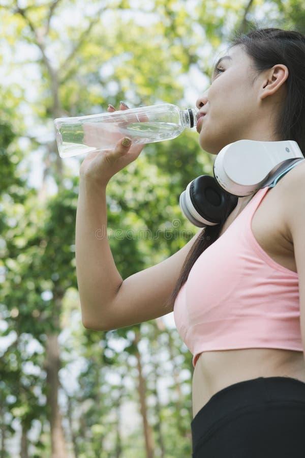 νέο όμορφο ασιατικό πόσιμο νερό γυναικών αθλητών ικανότητας κατόπιν στοκ φωτογραφίες με δικαίωμα ελεύθερης χρήσης