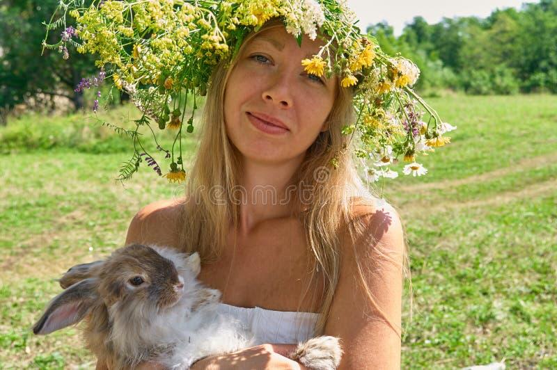 Νέο όμορφο γυναίκα whith she's λατρευτό παραμονή κουνελιών κατοικίδιων ζώων ※ χαριτωμένη καφετιά στο λιβάδι στην ηλιόλουστη κ στοκ εικόνες με δικαίωμα ελεύθερης χρήσης