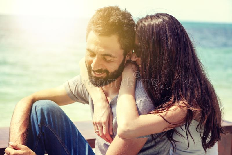 Νέο όμορφο ευτυχές ερωτευμένο tenderly αγκάλιασμα ζευγών στα πλαίσια της θάλασσας, έννοια ημέρας του βαλεντίνου μήνα του μέλιτος  στοκ εικόνες