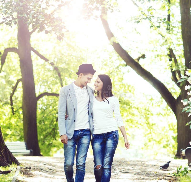 Νέο όμορφο ζεύγος: περπάτημα στο πάρκο στοκ εικόνες