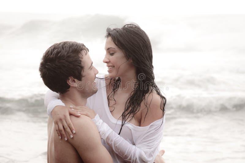 Νέο όμορφο ζεύγος που μοιράζεται μια οικεία στιγμή στοκ εικόνα με δικαίωμα ελεύθερης χρήσης