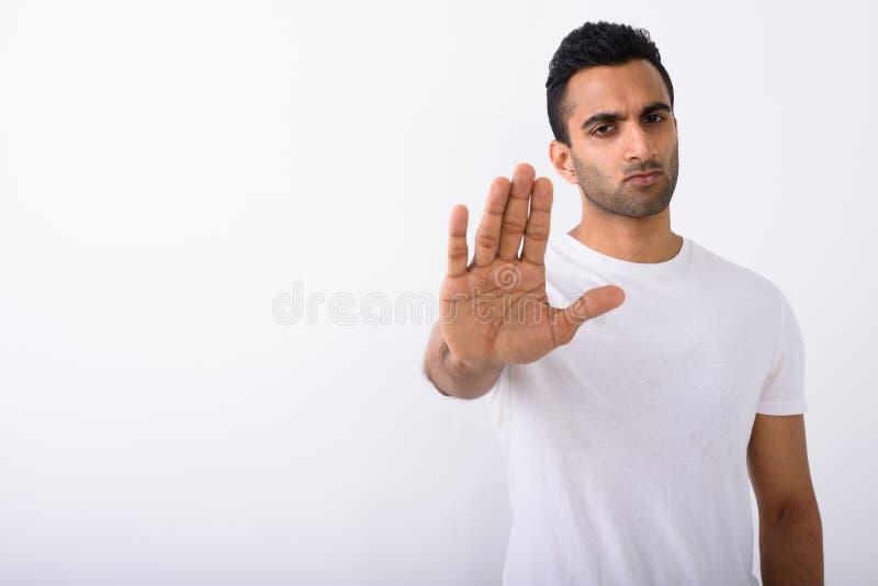 Νέο όμορφο ινδικό άτομο στο άσπρο κλίμα στοκ φωτογραφία με δικαίωμα ελεύθερης χρήσης