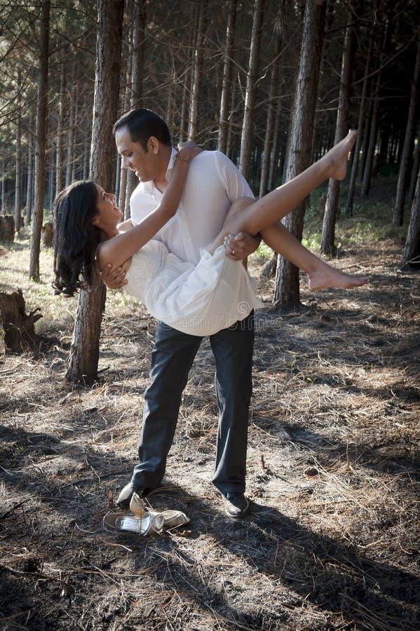 Νέο όμορφο ινδικό ζεύγος που χορεύει στο δάσος στοκ φωτογραφίες
