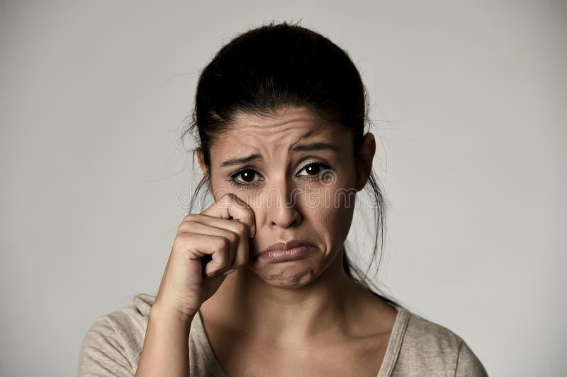 Νέο όμορφο ισπανικό λυπημένο σοβαρό και να φωνάξει γυναικών αισθαμένος το πιεσμένο απομονωμένο γκρι στοκ εικόνα