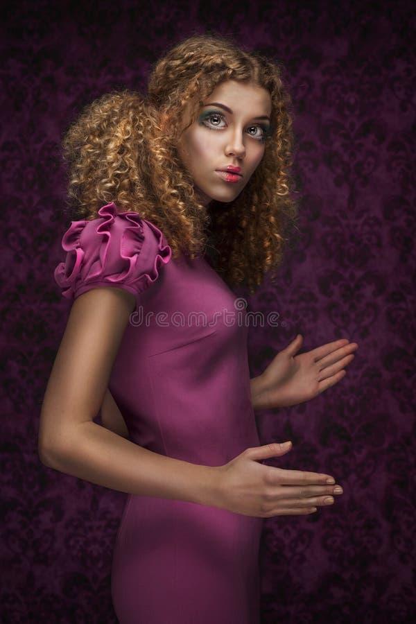 Νέο όμορφο κορίτσι κουκλών με το σγουρό τρίχωμα στοκ φωτογραφίες