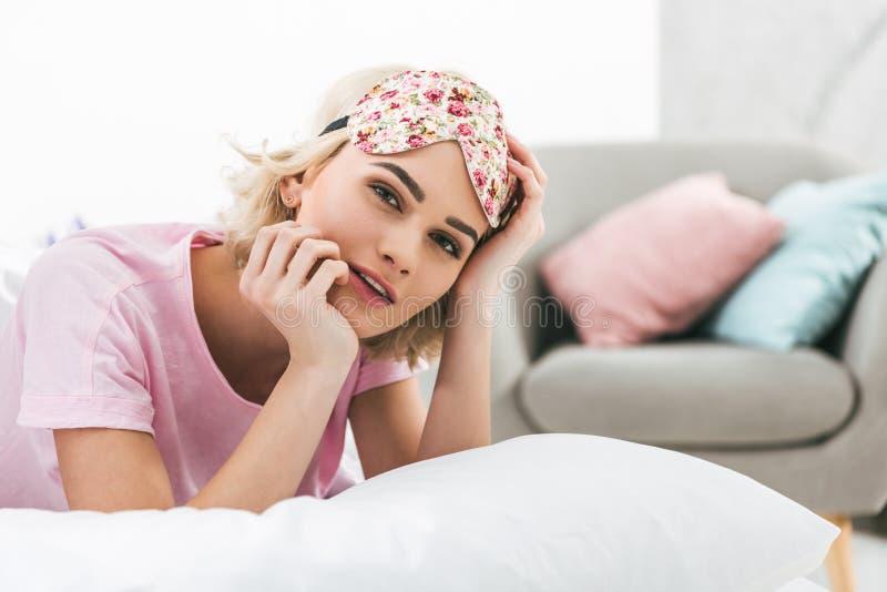 νέο όμορφο κορίτσι με τη μάσκα ύπνου στοκ εικόνες με δικαίωμα ελεύθερης χρήσης