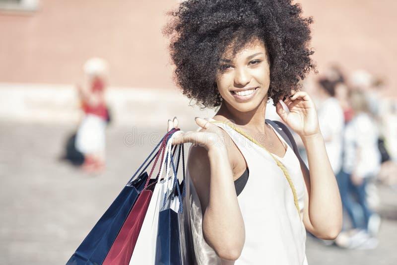 Νέο όμορφο κορίτσι με τις τσάντες αγορών στοκ εικόνες