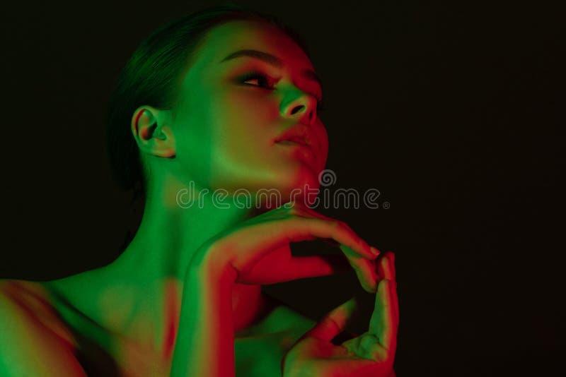 Νέο όμορφο κορίτσι με τον πράσινο και κόκκινο φωτισμό νέου στοκ φωτογραφίες με δικαίωμα ελεύθερης χρήσης