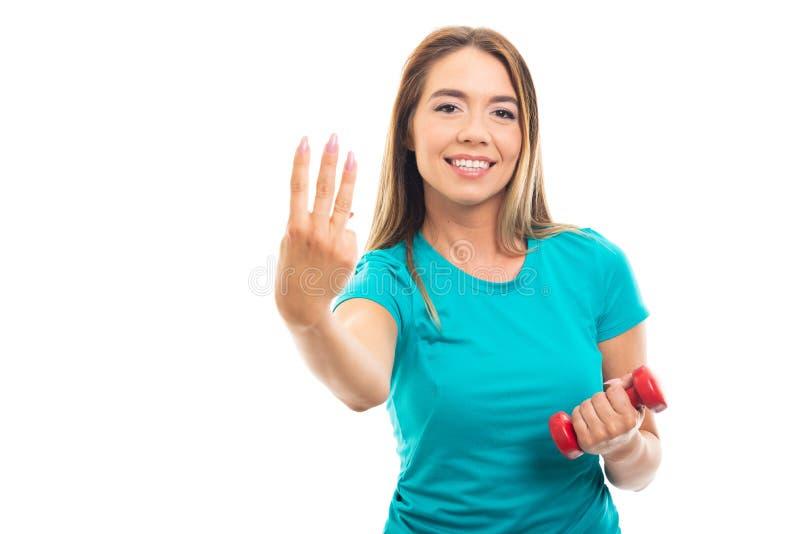Νέο όμορφο κορίτσι που φορά την μπλούζα που παρουσιάζει αριθμό τρία με το fing στοκ εικόνες