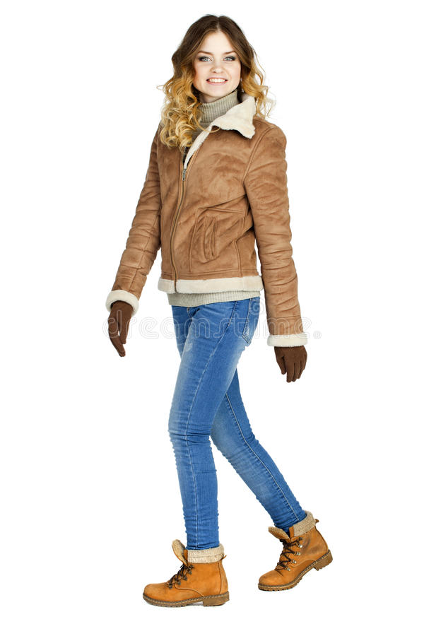 Νέο όμορφο κορίτσι σε ένα sheepskin δέρματος παλτό και το τζιν παντελόνι στοκ εικόνες