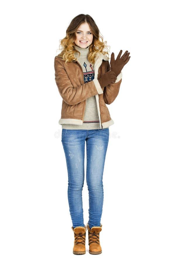 Νέο όμορφο κορίτσι σε ένα sheepskin δέρματος παλτό και το τζιν παντελόνι στοκ φωτογραφία