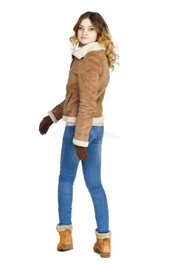 Νέο όμορφο κορίτσι σε ένα sheepskin δέρματος παλτό και το τζιν παντελόνι στοκ φωτογραφίες με δικαίωμα ελεύθερης χρήσης
