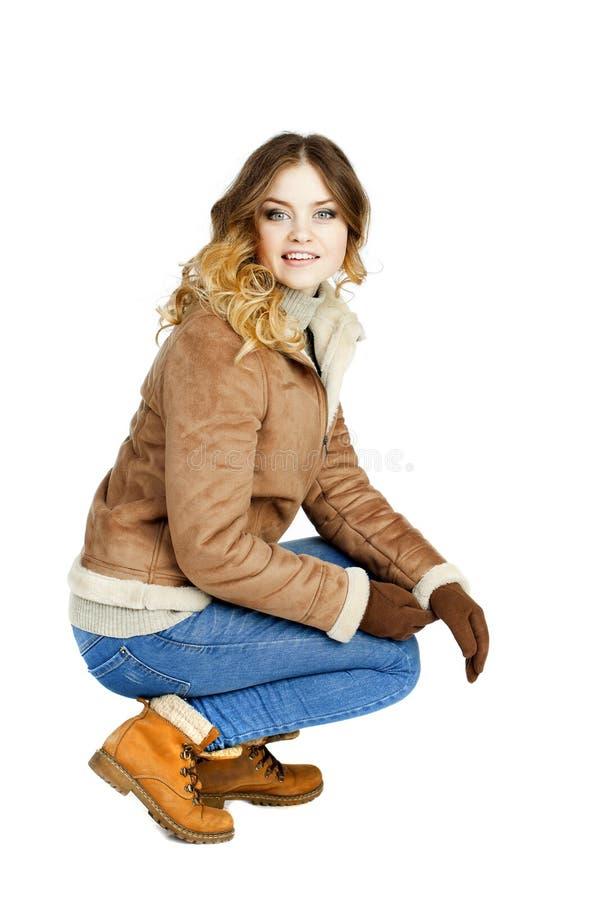Νέο όμορφο κορίτσι σε ένα sheepskin δέρματος παλτό και το τζιν παντελόνι στοκ φωτογραφία με δικαίωμα ελεύθερης χρήσης