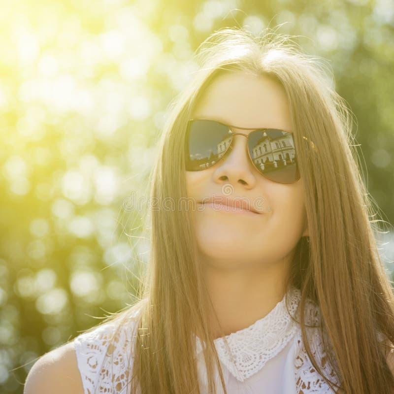 Νέο όμορφο κορίτσι στα γυαλιά ηλίου στοκ εικόνα