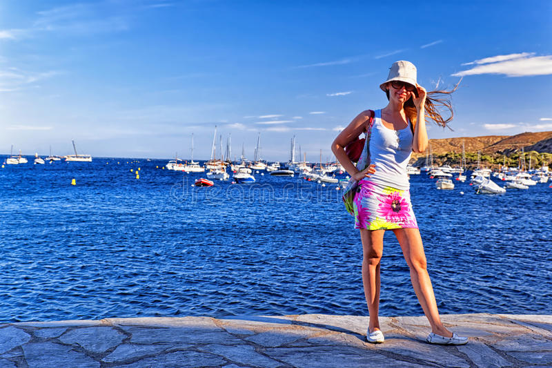 Νέο όμορφο κορίτσι στην αποβάθρα Μεσογείων στοκ εικόνες με δικαίωμα ελεύθερης χρήσης