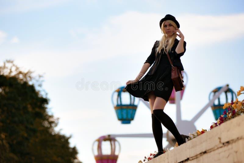 Νέο όμορφο κορίτσι hipster υπαίθριο στην ηλιόλουστη ημέρα, που φορά το περιστασιακό καπέλο υφασματεμπόρων στοκ φωτογραφία με δικαίωμα ελεύθερης χρήσης