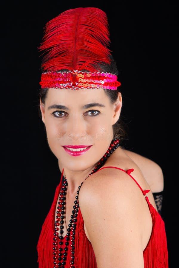 Νέο όμορφο κόκκινο φόρεμα ενδυμασίας ύφους brunette το 1920 και ένα Φε στοκ φωτογραφίες με δικαίωμα ελεύθερης χρήσης
