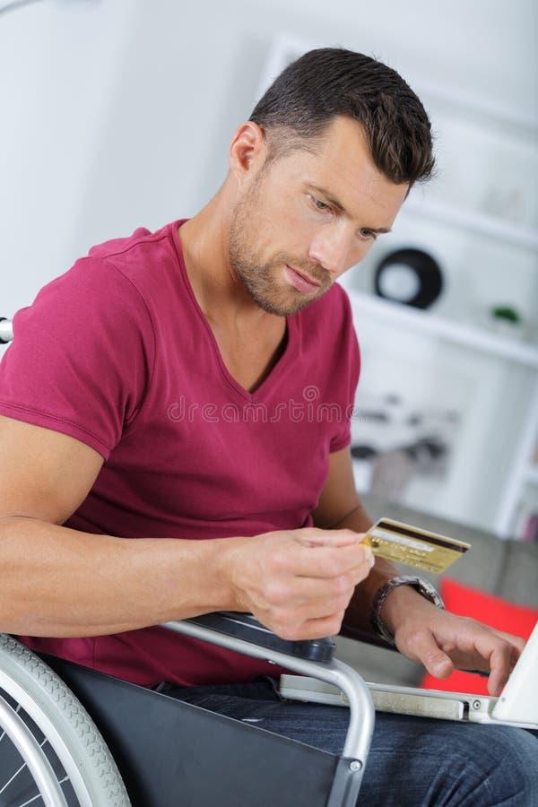Νέο όμορφο με ειδικές ανάγκες άτομο που ψωνίζει on-line στοκ φωτογραφία με δικαίωμα ελεύθερης χρήσης