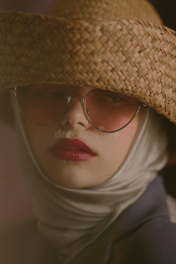 Νέο όμορφο ξανθό κορίτσι σε ένα καπέλο αχύρου στοκ φωτογραφία με δικαίωμα ελεύθερης χρήσης