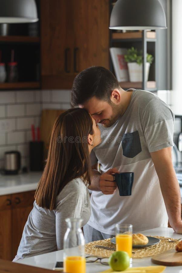 Νέο όμορφο παντρεμένο ζευγάρι που έχει το πρόγευμα το πρωί στο σπίτι σ στοκ εικόνες με δικαίωμα ελεύθερης χρήσης