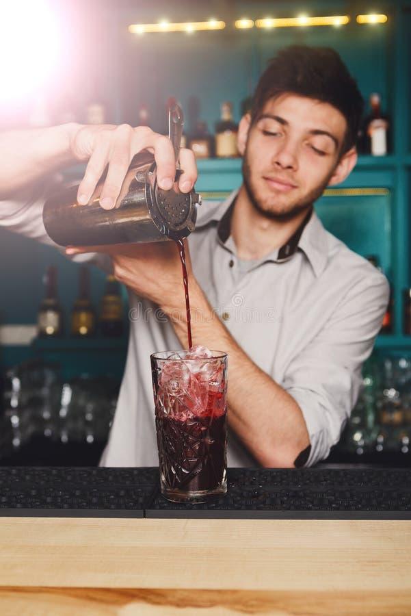Νέο όμορφο ποτό κοκτέιλ μπάρμαν χύνοντας στο γυαλί στοκ εικόνα με δικαίωμα ελεύθερης χρήσης