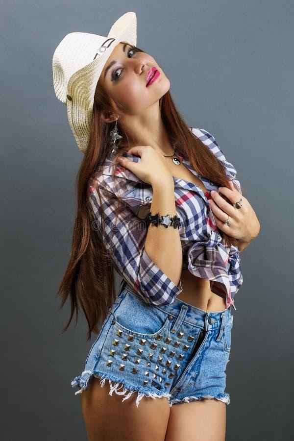 Νέο όμορφο προκλητικό κορίτσι στο καπέλο κάουμποϋ στοκ εικόνα