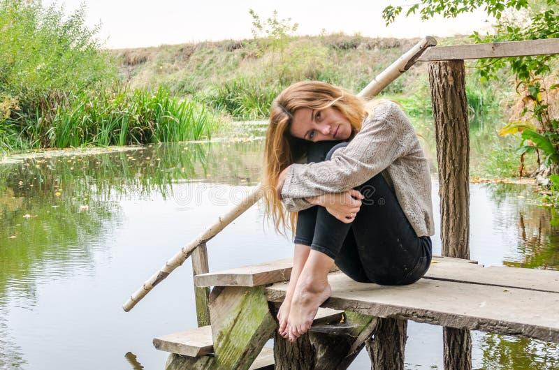 Νέο όμορφο πρότυπο γυναικών με τη μακροχρόνια συνεδρίαση ξανθών μαλλιών με το διαφορετικό γέλιο συγκινήσεων, θλίψη, θλίψη, though στοκ εικόνα με δικαίωμα ελεύθερης χρήσης