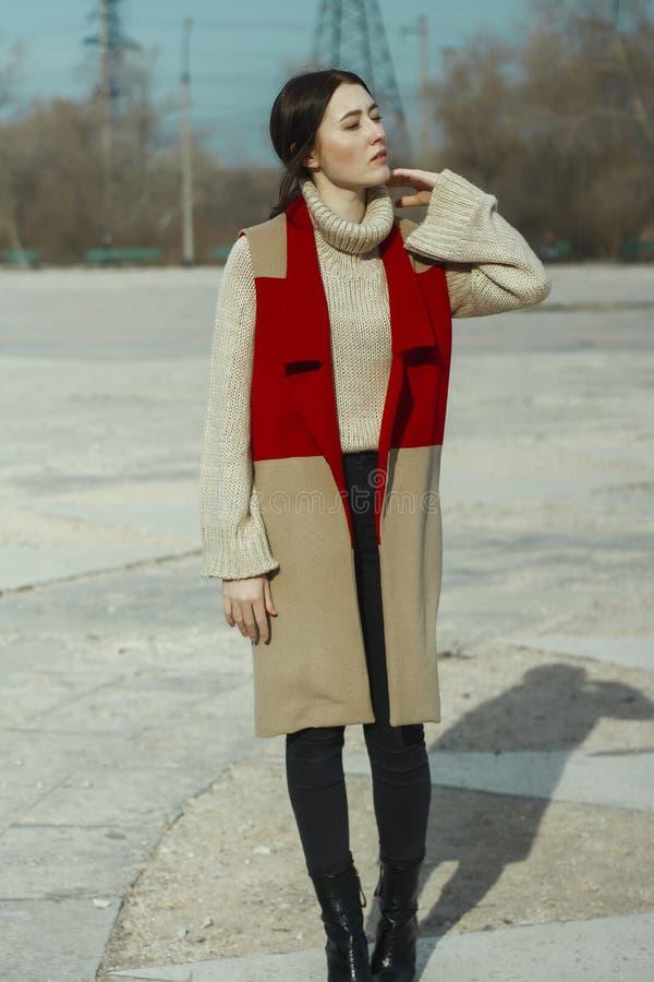 Νέο όμορφο πρότυπο κοριτσιών στο παλτό φανέλλων του κόκκινου και μπεζ χρώματος και στο turtleneck στοκ φωτογραφία με δικαίωμα ελεύθερης χρήσης