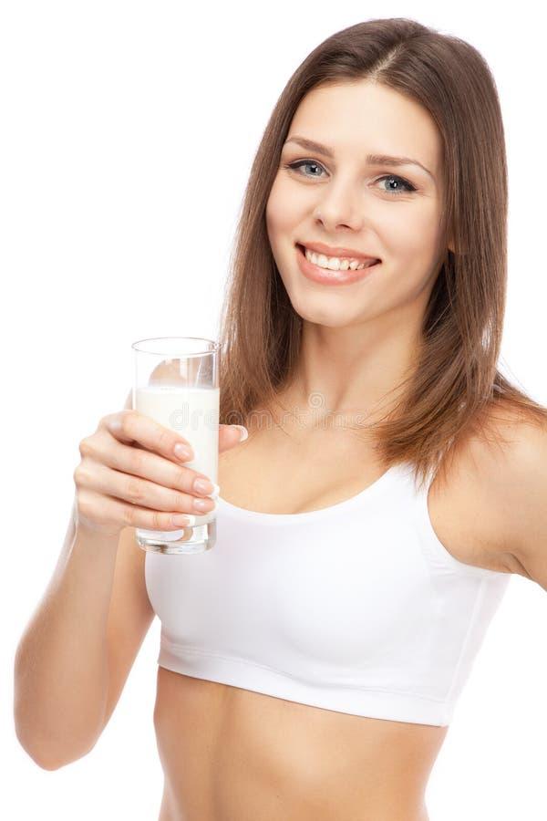 Νέο όμορφο πόσιμο γάλα γυναικών στοκ εικόνα με δικαίωμα ελεύθερης χρήσης