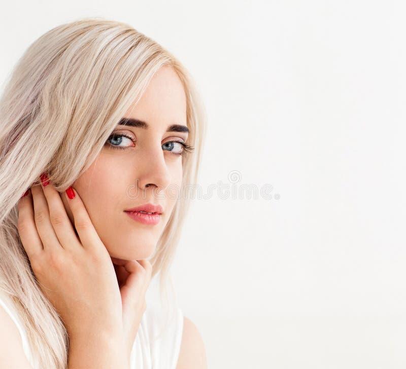 Νέο όμορφο Σκανδιναβικό κορίτσι, διάστημα αντιγράφων στοκ εικόνες
