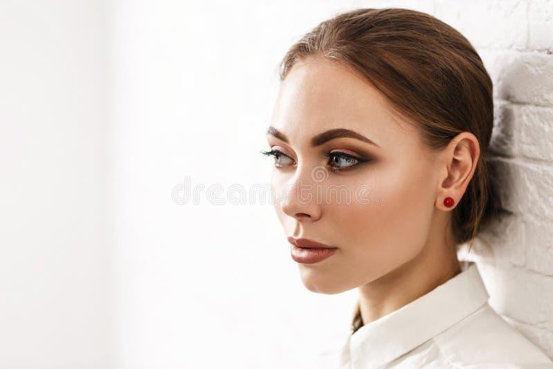 Νέο όμορφο τέλειο makeup γυναικών ith στοκ φωτογραφία