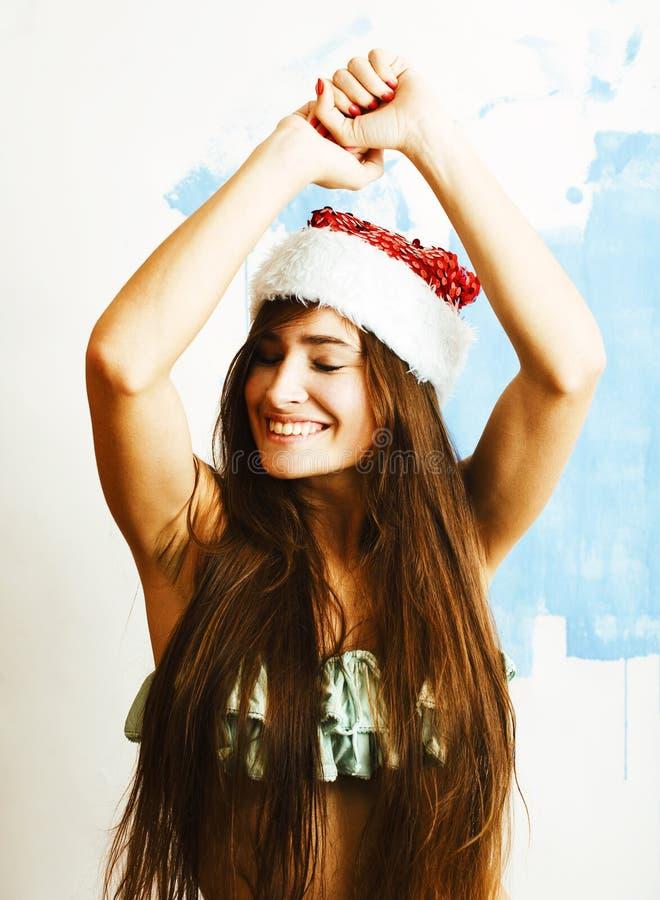 Νέο όμορφο χαμόγελο γυναικών ευτυχές στο κόκκινο καπέλο santa στο νέο έτος, λ στοκ φωτογραφία με δικαίωμα ελεύθερης χρήσης