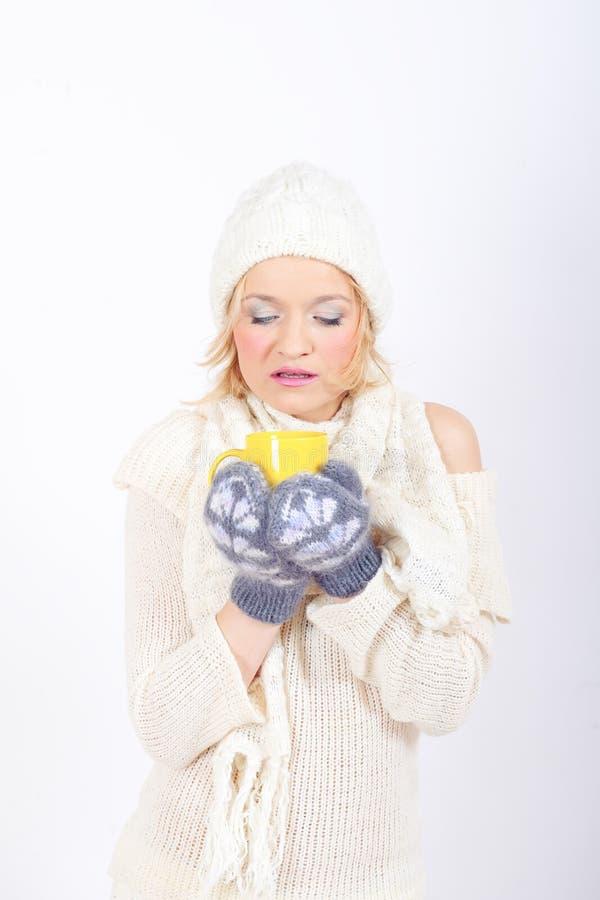 Νέο όμορφο χειμερινό κορίτσι με το φλυτζάνι του τσαγιού στοκ εικόνες
