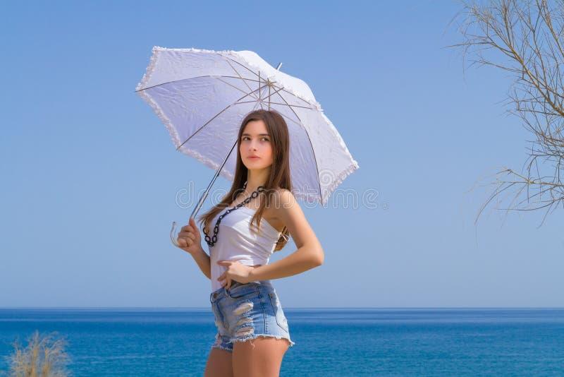 Νέο όμορφο brunette με την άσπρη ομπρέλα στοκ εικόνα με δικαίωμα ελεύθερης χρήσης