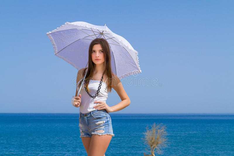 Νέο όμορφο brunette με την άσπρη ομπρέλα στοκ εικόνες