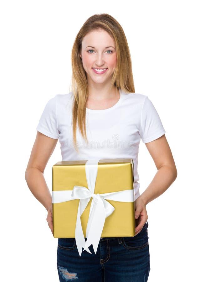 Νέο δώρο λαβής πορτρέτου γυναικών στο ύφος χρώματος Χριστουγέννων στοκ φωτογραφία
