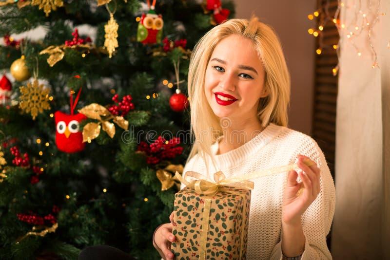 Νέο δώρο λαβής πορτρέτου γυναικών στο ύφος χρώματος Χριστουγέννων στοκ εικόνες