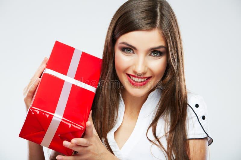 Νέο δώρο Χριστουγέννων λαβής πορτρέτου γυναικών στοκ εικόνες