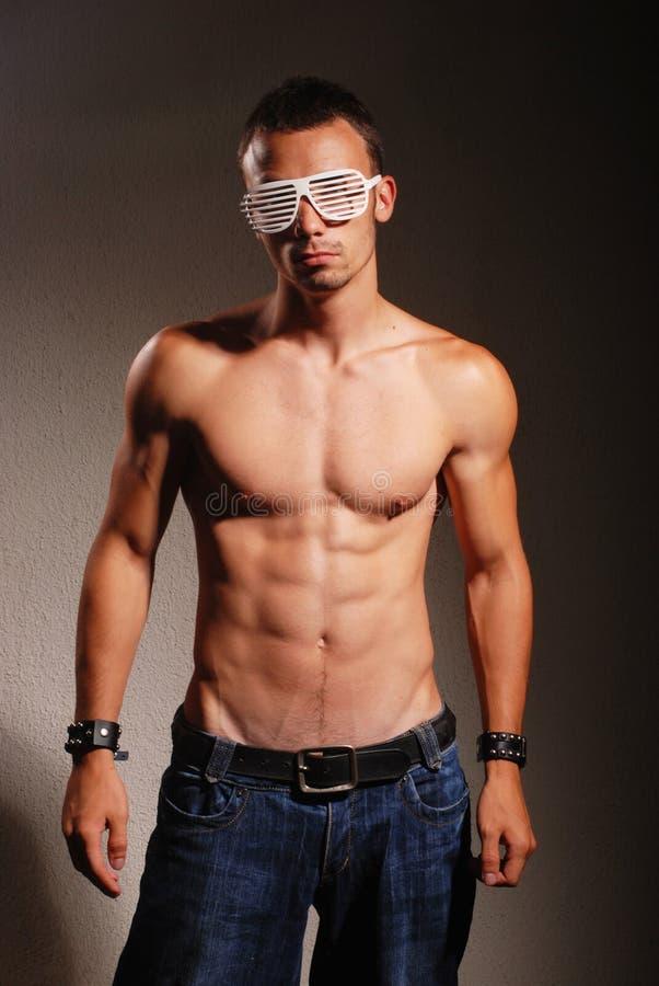 Νέο atractive άτομο με τα ριγωτά γυαλιά στοκ φωτογραφία με δικαίωμα ελεύθερης χρήσης