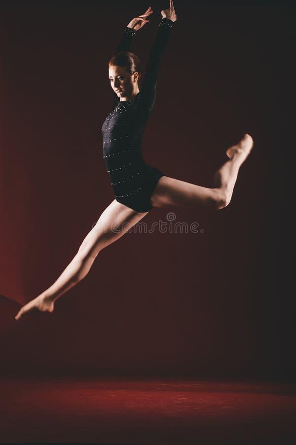 Νέο ballerina που πραγματοποιεί τις ασκήσεις στο στούντιο στοκ εικόνα