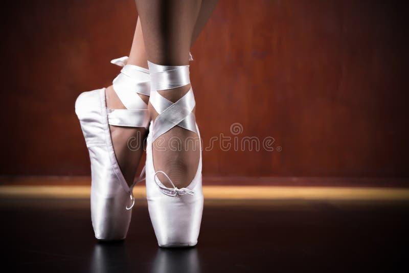 Νέο ballerina που χορεύει, κινηματογράφηση σε πρώτο πλάνο στοκ εικόνες