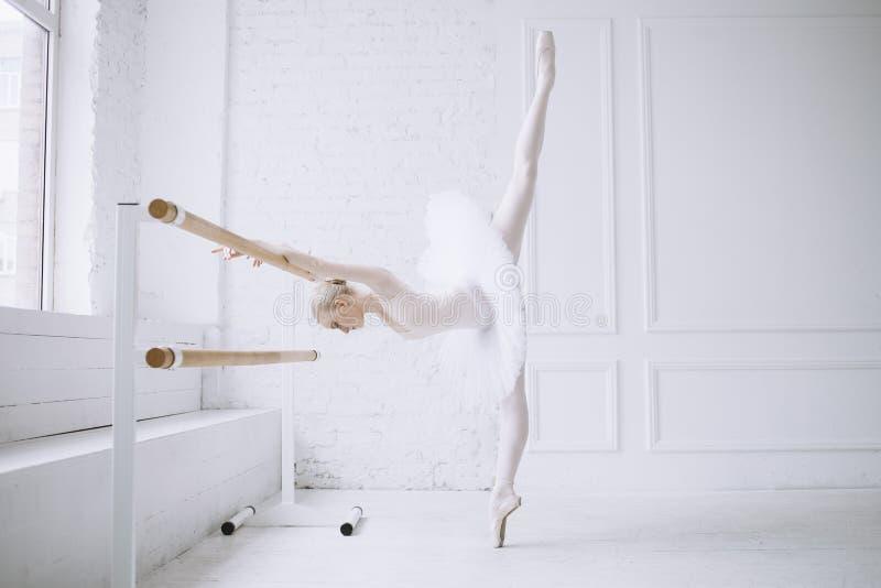 Νέο ballerina στην κατηγορία μπαλέτου στοκ φωτογραφία
