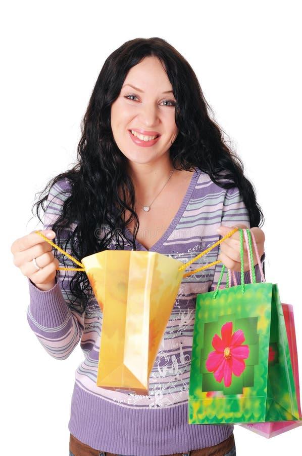 Νέο brunette γοητείας σε ένα ιώδες πουλόβερ στοκ φωτογραφία