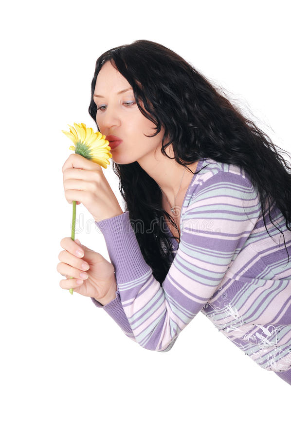 Νέο brunette γοητείας σε ένα πουλόβερ στοκ φωτογραφία