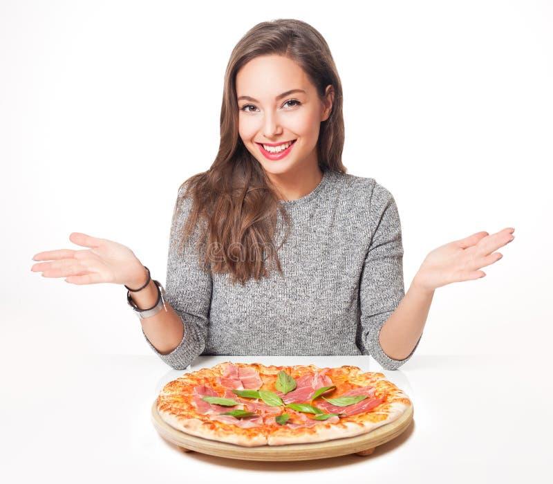 Νέο brunette που έχει τα ιταλικά τρόφιμα στοκ εικόνες