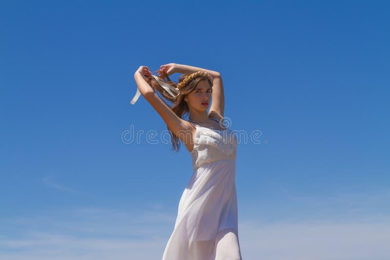 Νέο brunette στο άσπρο ψιλό φόρεμα στοκ εικόνες με δικαίωμα ελεύθερης χρήσης