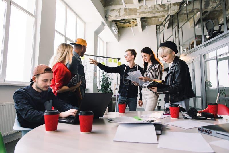 Νέο businesspeople έξι στην περιστασιακή ένδυση που συζητά και έννοια προγραμματισμού Μέτωπο του δείκτη και των αυτοκόλλητων ετικ στοκ φωτογραφίες