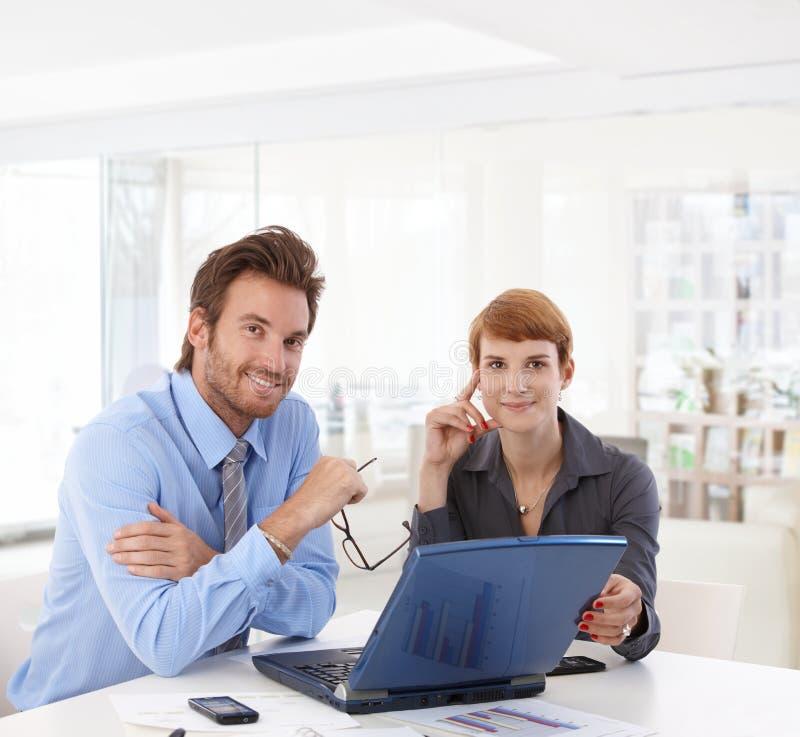 Νέο businesspeople που λειτουργεί στο γραφείο στοκ εικόνες με δικαίωμα ελεύθερης χρήσης