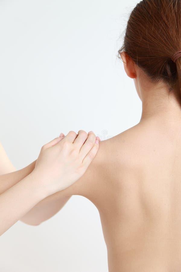Νέο chiropractic γυναικών receves στοκ φωτογραφίες